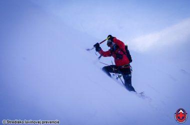 Šanca prežiť v lavíne existuje, ale najdôležitejšie je sledovať počasie a snehové podmienky, hovorí odborník zo Strediska lavínovej prevencie
